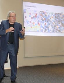Prof. Dr. Andreas Knie in engagierter Körperhaltung beim Vortrag